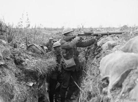 Image © IWM (Q 3987) – A Lewis light machine gun in action in a front line trench near Ovillers. Possibly troops of the Worcestershire Regiment of the 48th Division.