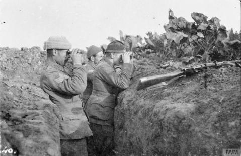 Image © IWM (Q 51524) – Sergeant Major Malins and 2nd Lieutenant Nicholl of the 1st Battalion, Cameronians (Scottish Rifles) checking for snipers from 'Cabbage Patch Trench' in the Rouges Bancs - La Boutillerie sector of the front line, 5 November 1914.